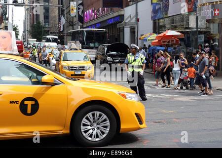 New York, Stati Uniti d'America, poliziotto dirigere traffico Foto Stock