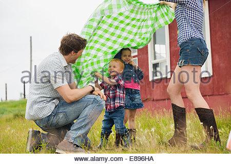 Famiglia con Coperta picnic in campo rurale Foto Stock