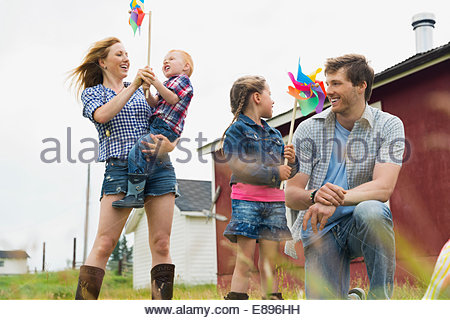 I genitori con bambini holding pinwheels Foto Stock