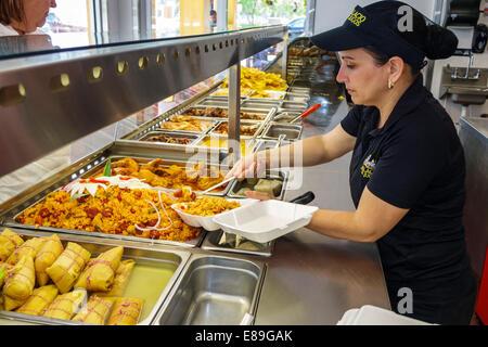 Miami Florida Tamiami per voli Sentiero El Palacio de los Jugos ristorante cubano di cibo a buffet display donna Foto Stock