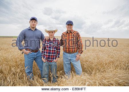 Ritratto di multi-generazione di uomini in campo di grano Foto Stock