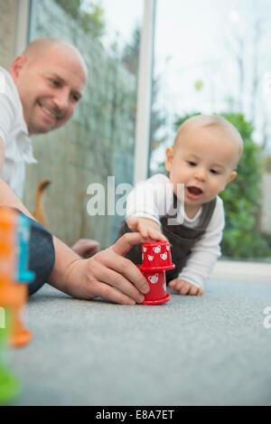 Il padre e il suo piccolo figlio di giocare insieme Foto Stock