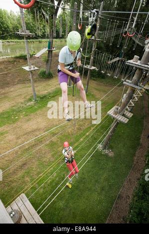 L'adolescente di sesso femminile e di una giovane donna di istruttore in una rupe di arrampicata Foto Stock