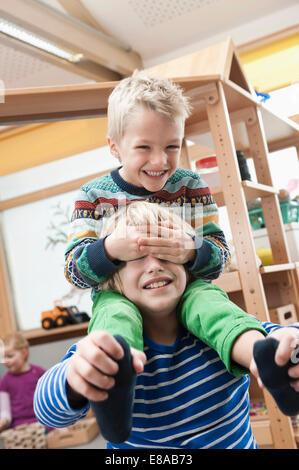 Due fratelli giocare insieme Foto Stock