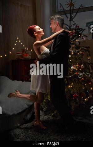 Il marito e la moglie dancing da albero di Natale Foto Stock