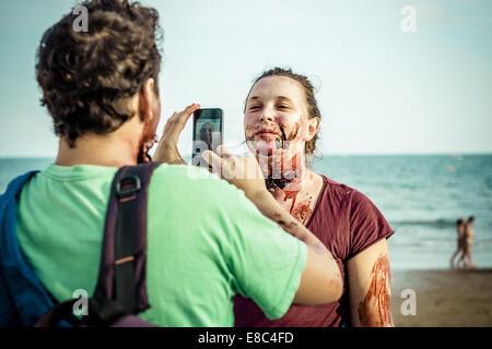 Sitges, Spagna. 4 Ott 2014. Gli zombie fotografia fra loro con le loro smart phone di fronte al Sitges Zombie a Foto Stock