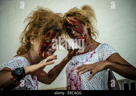 Sitges, Spagna. 4 Ott 2014. Due ragazze costituita come zombie prendere parte in Sitges Zombie a piedi 2014 Credit: Foto Stock