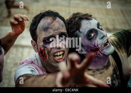 Sitges, Spagna. 4 Ott 2014. Gli zombie anticipo sulla telecamera a Sitges Zombie a piedi 2014 Credit: Matthias Oesterle/ZUMA Foto Stock