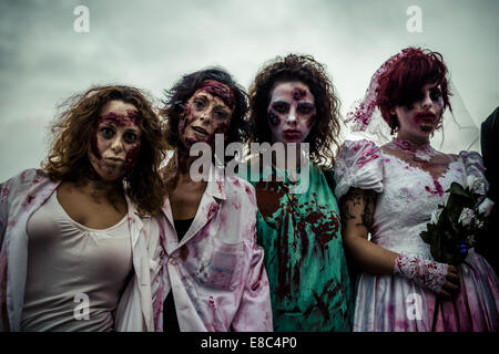 Sitges, Spagna. 4 Ott 2014. Donne costituita come zombie prendere parte in Sitges Zombie a piedi 2014 Credit: Matthias Foto Stock