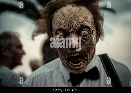 Sitges, Spagna. 4 Ott 2014. Un uomo è costituita come uno zombie per Sitges Zombie a piedi 2014 Credit: Matthias Foto Stock