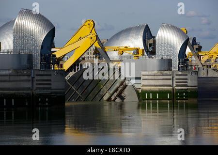 Woolwich, Londra, Regno Unito. 5 Ottobre, 2014. La Thames Barrier chiusura annuale e nel trentesimo anniversario Foto Stock