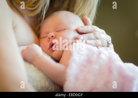 Dolci mani di Madre tenendo la sua preziosa Neonato ragazza. Foto Stock
