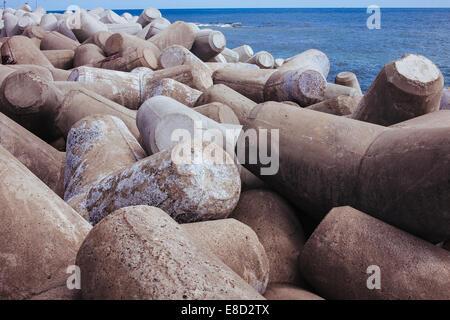 I blocchi di calcestruzzo lungo l'oceano Foto Stock