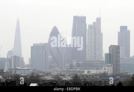 Riconoscibili simboli di Londra sono avvolte in una spessa coltre di smog che ha coperto la città negli ultimi giorni. Foto Stock