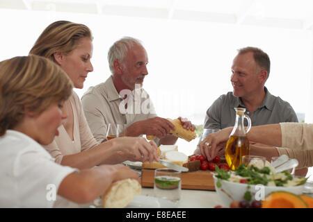 Famiglia godendo del tempo insieme Foto Stock