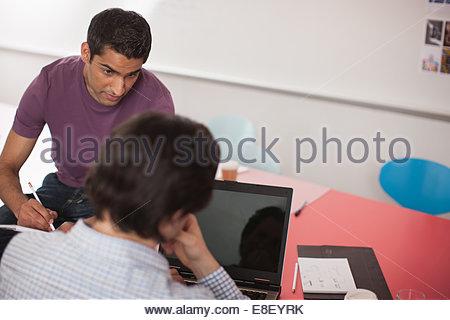 Gli uomini che parlano in riunione Foto Stock