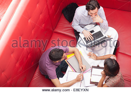 La gente di affari seduto in cabina avente una riunione Foto Stock