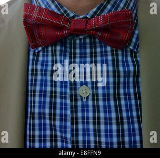 Primo piano della cravatta attorno al collo di un uomo Foto Stock