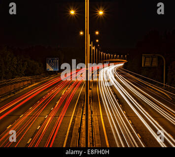 Sentieri di luce in autostrada Foto Stock