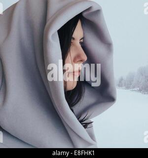 Ritratto di una donna che indossa un cappotto con cappuccio Foto Stock