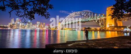 Australia, Nuovo Galles del Sud, Sydney, illuminato cityscape al crepuscolo Foto Stock