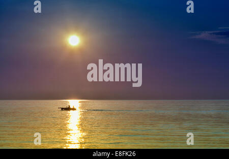 Stati Uniti d'America, Indiana Indiana Dunes State Park, Calumet Trail, Furnessville, barca a vela al tramonto sul Foto Stock