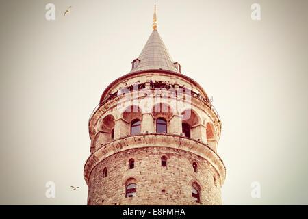 Turchia, Istanbul, basso angolo vista della Torre di Galata Foto Stock