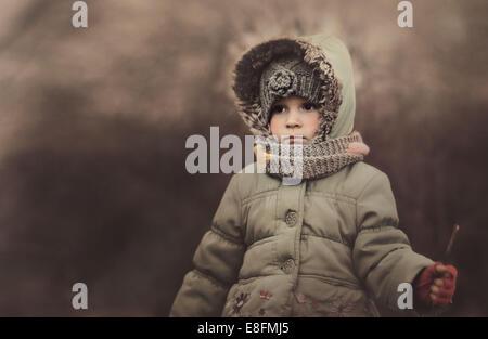 La Polonia, Ritratto di una ragazza indossando vestiti caldi Foto Stock