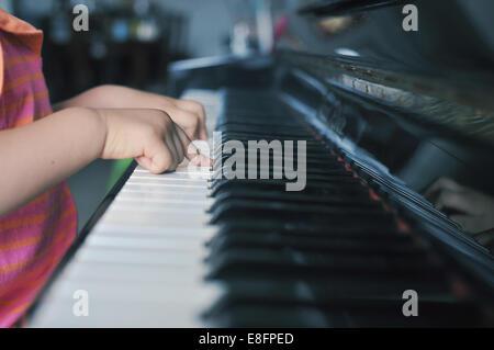 Chiusura del giovane ragazza (2-3) suonare il pianoforte Foto Stock