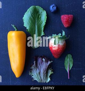 Frutta e verdura e foglie di insalata Foto Stock