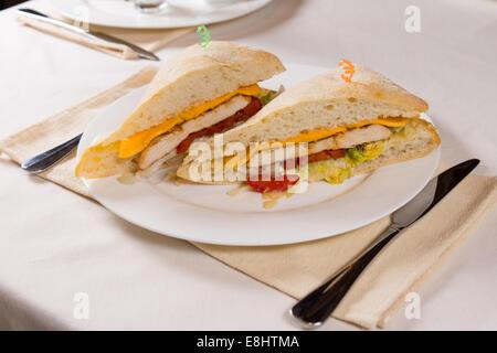 Sandwich placcato servita sulla piazza Ciabatta Roll presso il ristorante posto impostazione Foto Stock