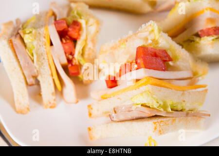 Dettaglio di Triple Decker sandwich sulla piastra Foto Stock