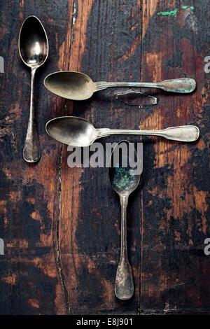 Vintage cucchiai di metallo su sfondo di legno