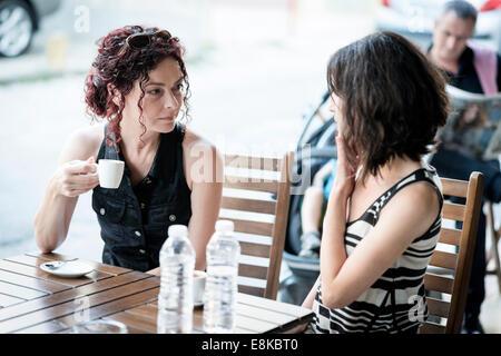 Fidanzate soddisfa in un caffè Foto Stock