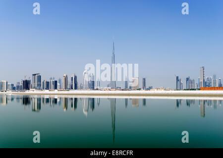 Vista attraverso il torrente verso la skyline di Dubai e Burj Khalifa al Business Bay in Emirati Arabi Uniti Foto Stock