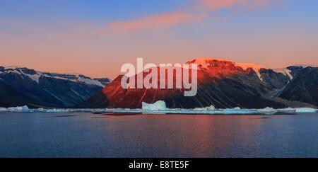 Sunrise nel fiordo Røde, Scoresbysund, Groenlandia Foto Stock