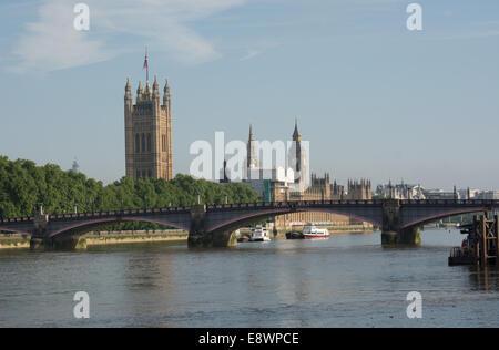 Una vista verso Southwark Bridge con le case del Parlamento al di là di Foto Stock