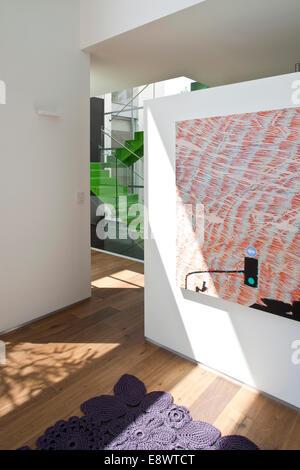 Arte moderna e viola tappeto nel corridoio al ingresso di H House, Israele, Medio Oriente. Foto Stock