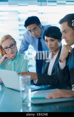 La gente di affari di parlare nella riunione di edificio per uffici Foto Stock