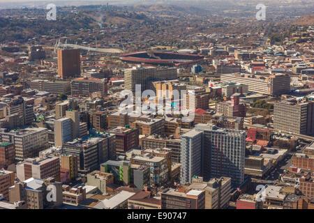 JOHANNESBURG, SUD AFRICA - grattacieli ed edifici nel quartiere centrale degli affari. Vista aerea a est di cima Foto Stock