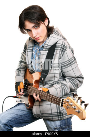 Giovane musicista rock suonare chitarra basso Foto Stock