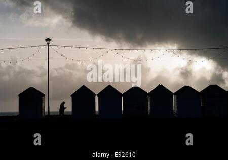 Cabine sulla spiaggia, sul lungomare,tempeste provenienti,l'estate, fine, retro, scuola, vacanze, spiaggia, concetto, Foto Stock