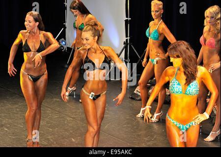 Roosendahl, Paesi Bassi. Xix oct, 2014. I concorrenti di sesso femminile in una linea fino al bodybuilding e fitness Foto Stock