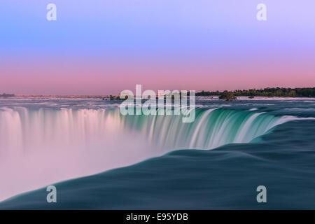 Cascate Horseshoe al tramonto, parte del Niagara Falls, Ontario, Canada. Foto Stock