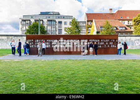 Finestra di ricordo, Memoriale del Muro di Berlino Park, Mitte di Berlino. Commemora coloro che hanno perso la vita Foto Stock