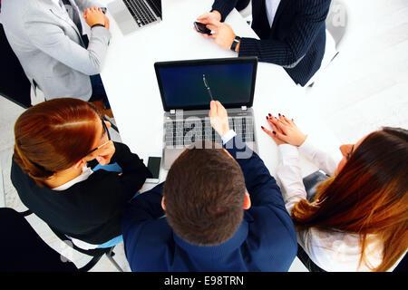 Gli imprenditori seduti al tavolo di una riunione Foto Stock
