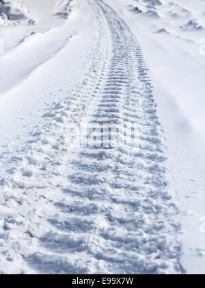 Tracce dalle ruote della vettura sulla neve Foto Stock