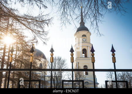 Vista della cupola e il campanile della Chiesa Ortodossa attraverso barre di recinzione. Inverno giornata di sole e cielo blu.