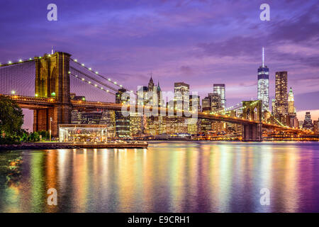 New York, New York, Stati Uniti d'America skyline della città con il ponte di Brooklyn e Manhattan Financial District oltre l'East River. Foto Stock