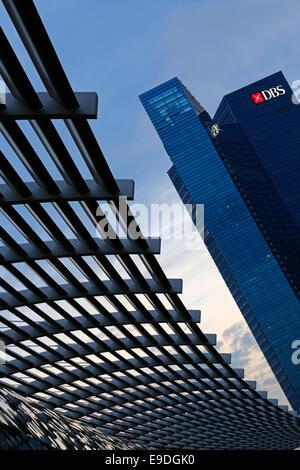 Il Marina Bay Sands shopping mall con la Banca di sviluppo di Singapore (DBS) grattacielo in background, Singapore Foto Stock